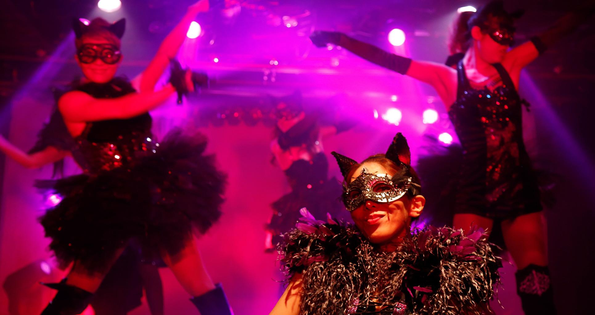 【催行決定】笑って、見とれて、楽しめる♪ 歌舞伎町で40年の老舗「黒鳥の湖」 最高のニューハーフショーを体験💖